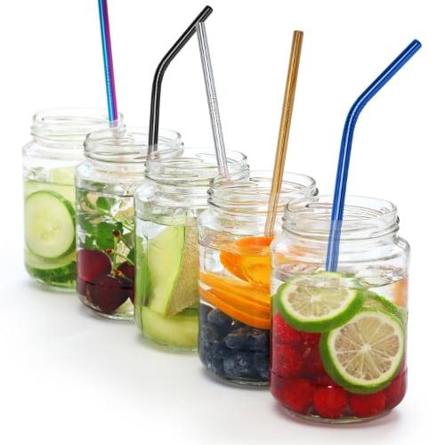 Produits inox : 5 cocktails dans des bocaux en verre blanc avec des fruits et des pailles en inox de couleurs différentes.