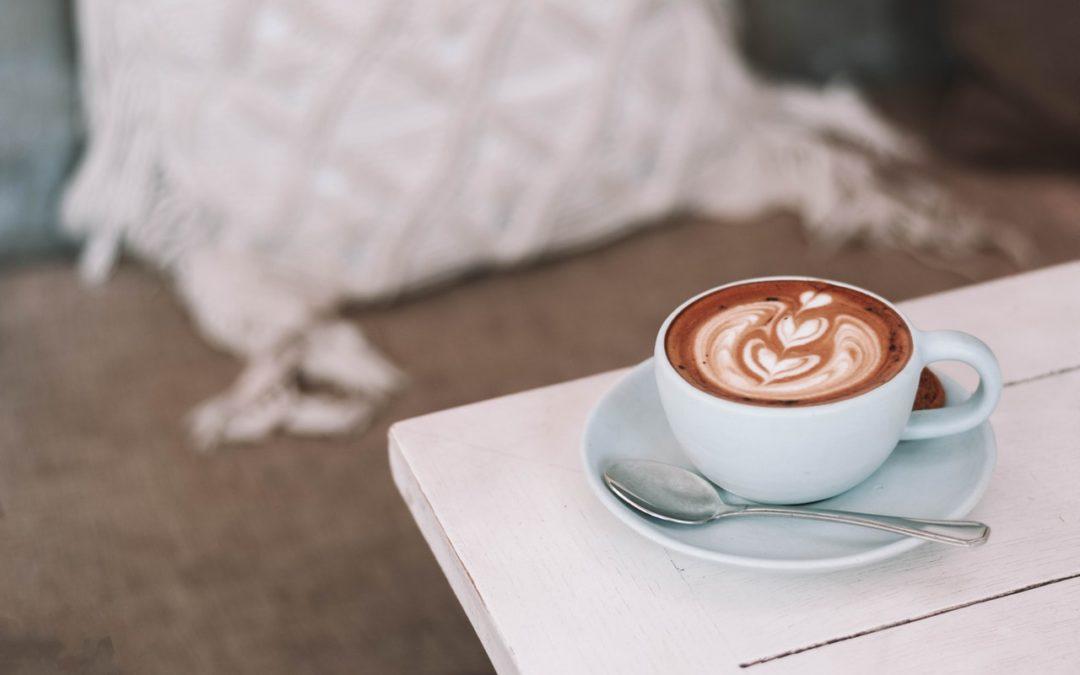 Tasse à café les effets du matériau sur le goût : Céramique vs acier inox vs plastique