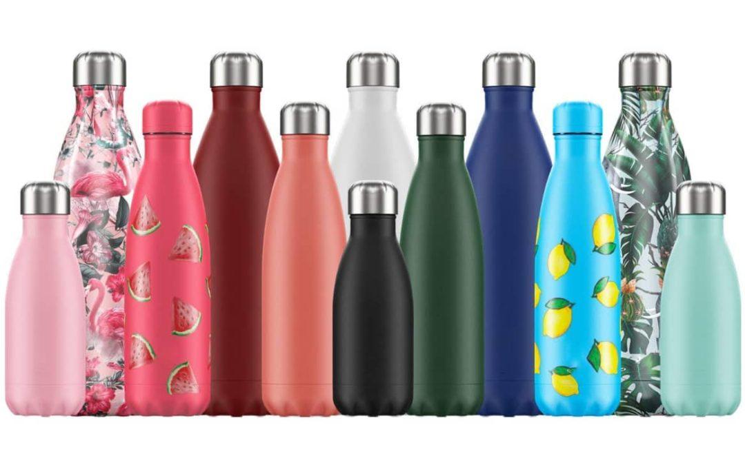 12 bouteilles d'eau en inox de couleurs différentes.